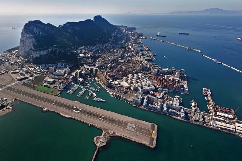 Vue aérienne sur le port, le rocher et la ville de Gibraltar