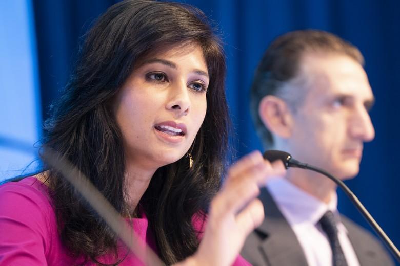 Gita Gopinath, économiste en chef du FMI, a abaissé ses prévisions de croissance de l'économie mondiale suite à la crise du coronavirus