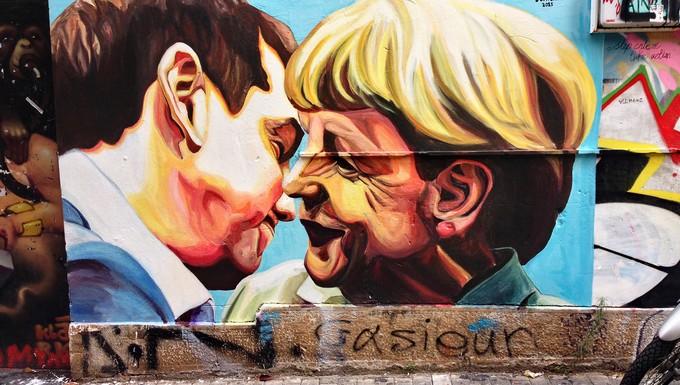 Alexis Tsipras et Angela Merkel représentés sur un mur d'Athènes