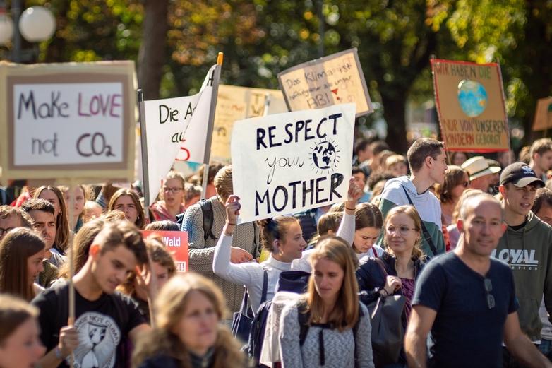 Rassemblement de jeunes lors de la manifestation hebdomadaire
