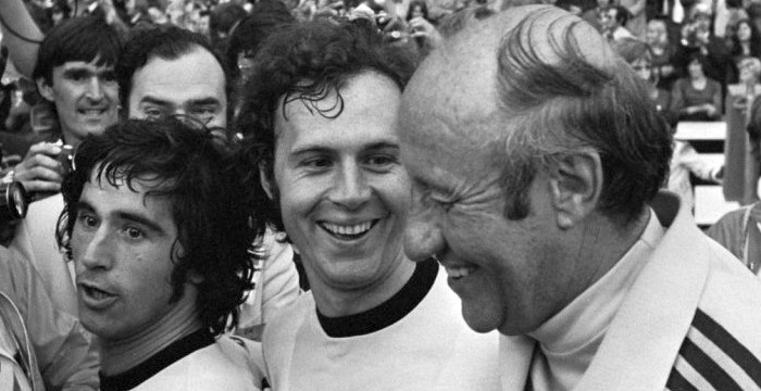 De gauche à droite : Gerd Müller, Franz Beckenbauer et Helmut Schön (entraineur) en 1974