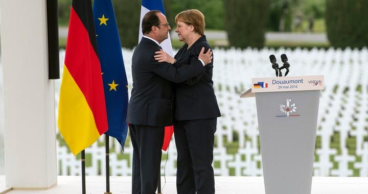 François Hollande et Angela Merkel, à l'occasion de la commémoration de la bataille de Verdun, le 29 mai 2016