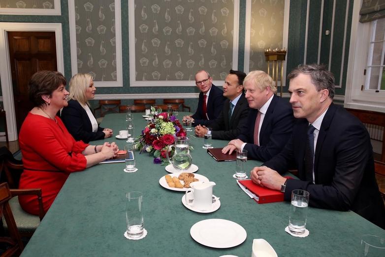 Lundi 13 janvier, le Premier ministre britannique Boris Johnson (deuxième en partant de la droite) et son homologue irlandais Leo Varadkar (à sa droite) se sont réunis à Belfast, pour rencontrer la cheffe du nouveau gouvernement nord-irlandais Arlene Foster (à gauche de la photo) et sa vice-Première ministre Michelle O'Neill (à sa gauche) - Crédits : gov.ie / OGL v3.0