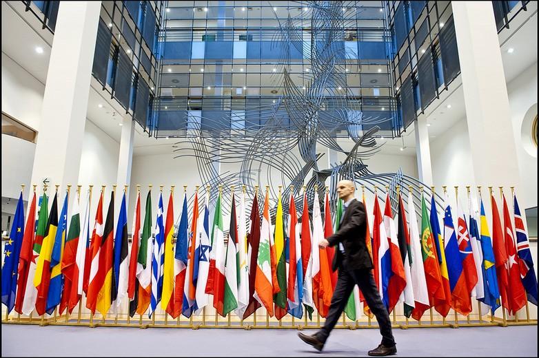 Drapeaux des pays membres de l'Union pour la Méditerranée au Parlement européen