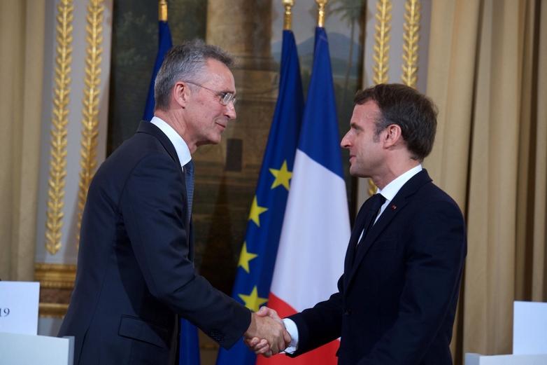 Emmanuel Macron et le secrétaire général de l'OTAN, Jens Stoltenberg, à l'issue de leur conférence de presse conjointe le 28 novembre à l'Elysée - Crédits : OTAN