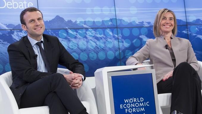 Emmanuel Macron et Federica Mogherini, cheffe de la diplomatie européenne, au Forum de Davos 2016