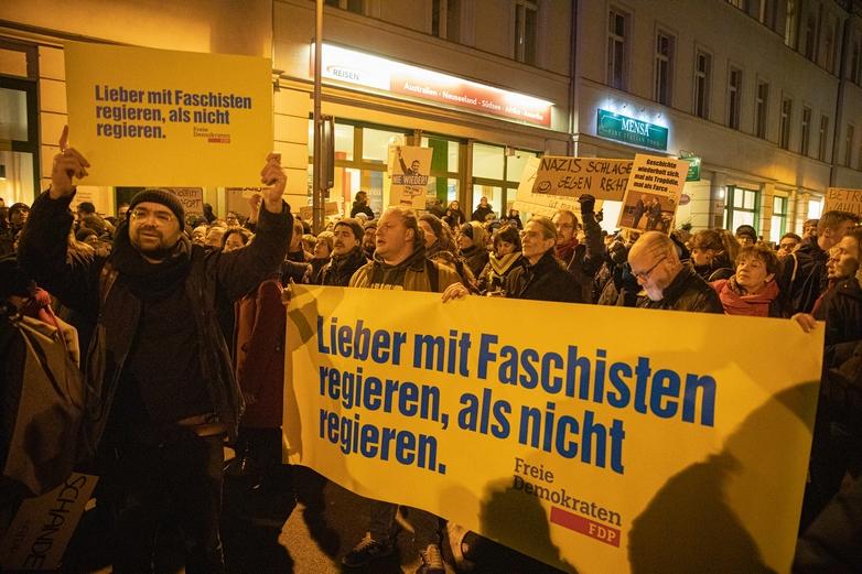Au cours d'une manifestation à Berlin mercredi 5 février, les militants de gauche radicale ont détourné les slogans du parti libéral-démocrate, accusant le président de Thuringe de préférer
