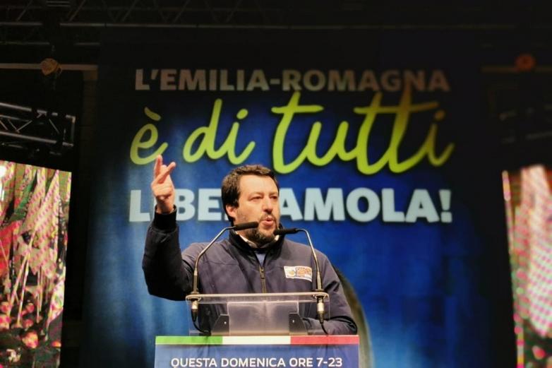 Le leader de la Ligue Matteo Salvini, ici en meeting le 24 janvier à Ravenne, s'était personnellement engagé dans la campagne de la candidate d'extrême droite en Emilie-Romagne - Crédits : Twitter @matteosalvinimi