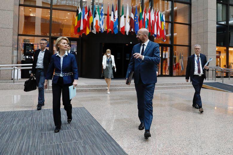 Le président du Conseil européen Charles Michel en discussion avec la présidente de la Commission Ursula von der Leyen, lors du Conseil européen du 23 avril / Crédits : Union européenne