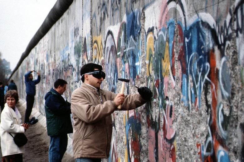 Les habitants de Berlin participant à la destruction du Mur, en 1989 - Crédits : Flickr Thiémard horlogerie / CC BY-SA 2.0