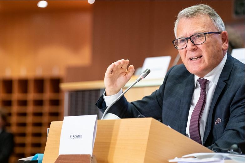Le commissaire européen à l'Emploi et aux droits sociaux Nicolas Schmit en charge de la consultation sur le salaire minimum dans l'Union européenne - Crédits : Gabor Kovacs / Flickr European Parliament CC BY 2.0