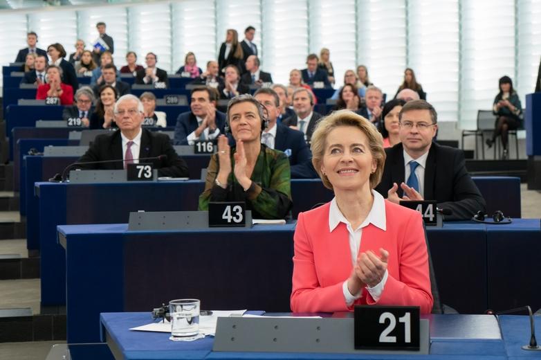 Ursula von der Leyen et son collège de commissaires peuvent se réjouir après le large vote du Parlement européen en leur faveur - Crédits : Gabor Kovacs / Flickr European Parliament CC BY 2.0