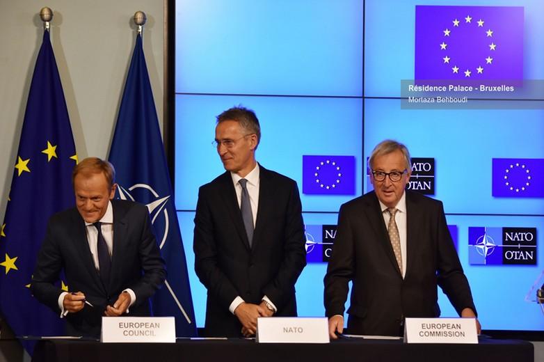 De gauche à droite : Donald Tusk, Jens Stoltenberg et Jean-Claude Juncker, signant la déclaration entre l'UE et l'OTAN, le 10 juillet