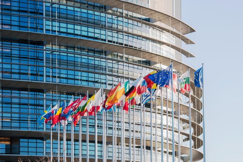 Le Parlement européen et les drapeaux de l'UE et de ses États membres - Crédits : Adrian Hancu / iStock