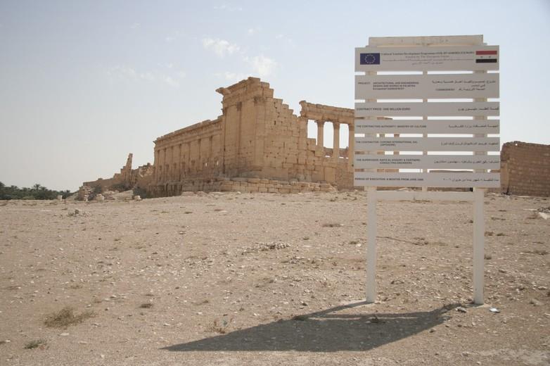 Panneau signalant l'aide européenne au développement du tourisme à Palmyre (Syrie) avant le début de la guerre