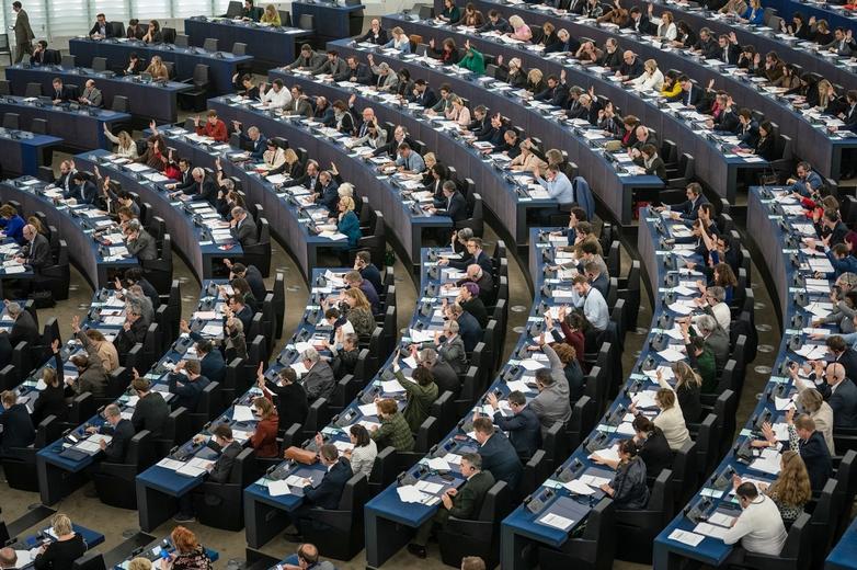 Socialistes et démocrates, centristes et conservateurs ont largement approuvé l'accord, tandis que la gauche radicale et les écologistes s'y sont opposés. L'extrême droite était plus divisée - Crédits : Gabor Kovacs / Flickr European Parliament CC BY 2.0