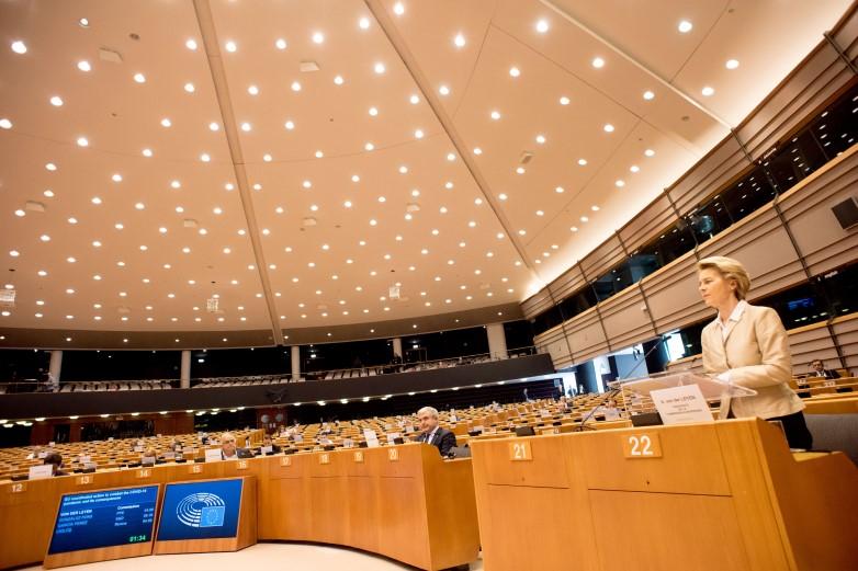 Jeudi 16 avril, la présidente de la Commission européenne Ursula von der Leyen a défendu un plan de relance massif, devant un Parlement européen désert, siégeant à distance - Crédits : Etienne Ansotte / Commission européenne