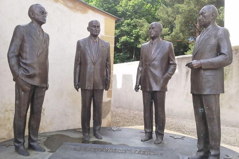 Monument à Scy-Chazelles (Moselle) en l'honneur des pères fondateurs avec, de gauche à droite : Alcide De Gasperi, Robert Schuman, Jean Monnet et Konrad Adenauer