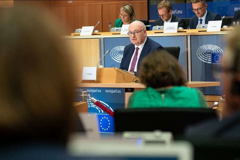 Phil Hogan, candidat au Commerce dans la nouvelle Commission européenne, lors de son audition devant les eurodéputés le lundi 30 septembre - Crédits : Pietro Naj-Oleari / Flickr Parlement européen CC BY 4.0