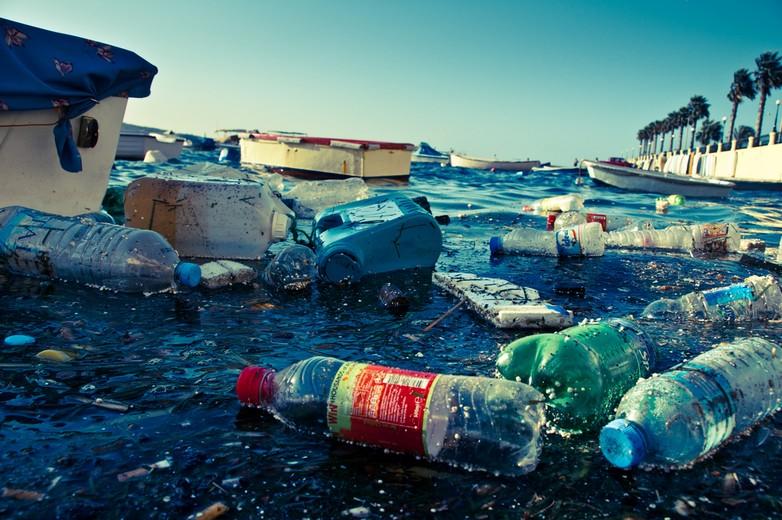 La pollution d'un port à Malte