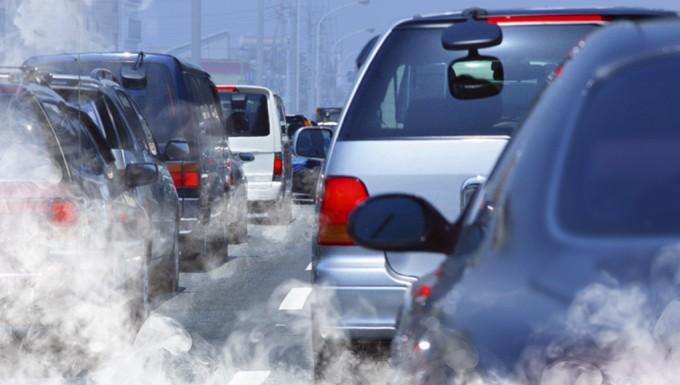 Gaz polluants s'échappant de véhicules