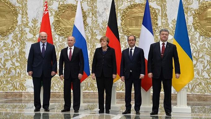 De gauche à droite : Alexandre Loukachenko, Vladimir Poutine, Angela Merkel, François Hollande et Petro Porochenko