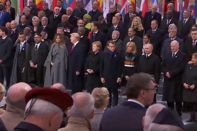La tribune des chefs d'États et de gouvernement au pied de l'Arc de triomphe