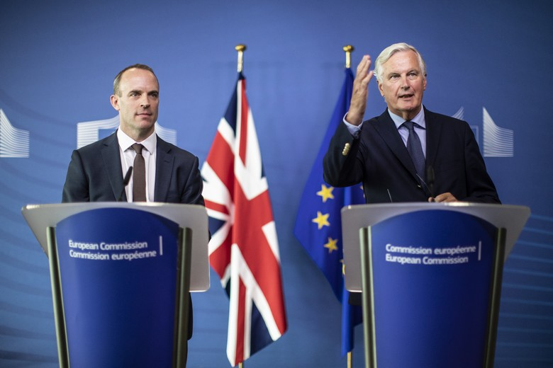 Dominic Raab (à gauche) et Michel Barnier (à droite), le 21 août 2018