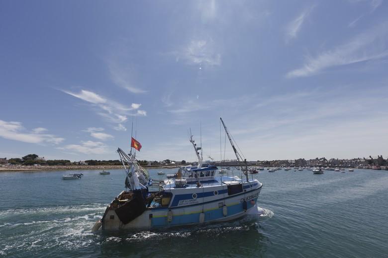 Un navire de pêche français rentrant dans le port de Barfleur, en Normandie