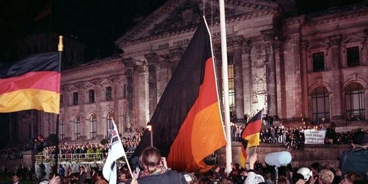 Rassemblement populaire devant le Bundestag, le 3 octobre 1990, jour de la réunification - Crédits : Peer Grimm / Wikimedia Commons CC-BY-SA 3.0