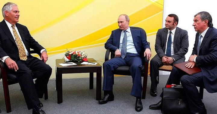 Rex Tillerson (à gauche) avec Vladimir Poutine en 2012