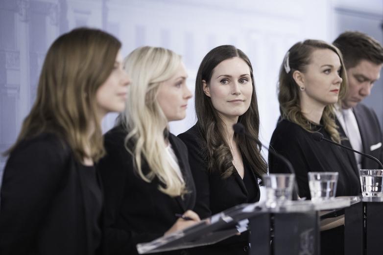 La nouvelle Première ministre Sanna Marin (au centre), entourée des dirigeantes de trois des cinq partis membres de la coalition - Crédits : Flickr FinnishGovernment CC BY 2.0