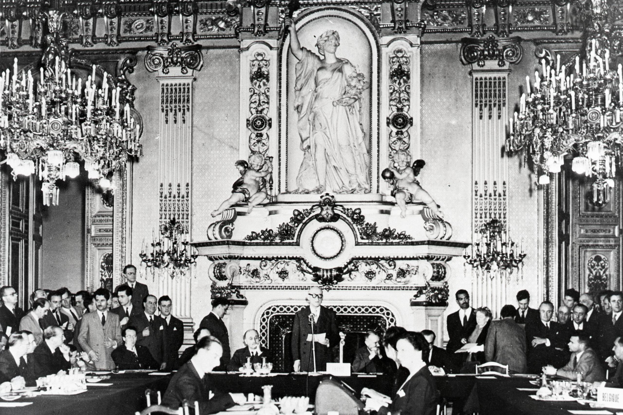 Robert Schuman, lors de l'ouverture des négociations intergouvernementales pour la mise en oeuvre du plan Schuman le 20 juin 1950, au Ministère des Affaires étrangères à Paris.