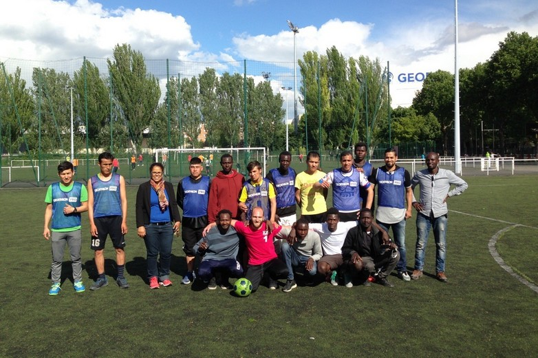 Equipe de football intégrant des migrants