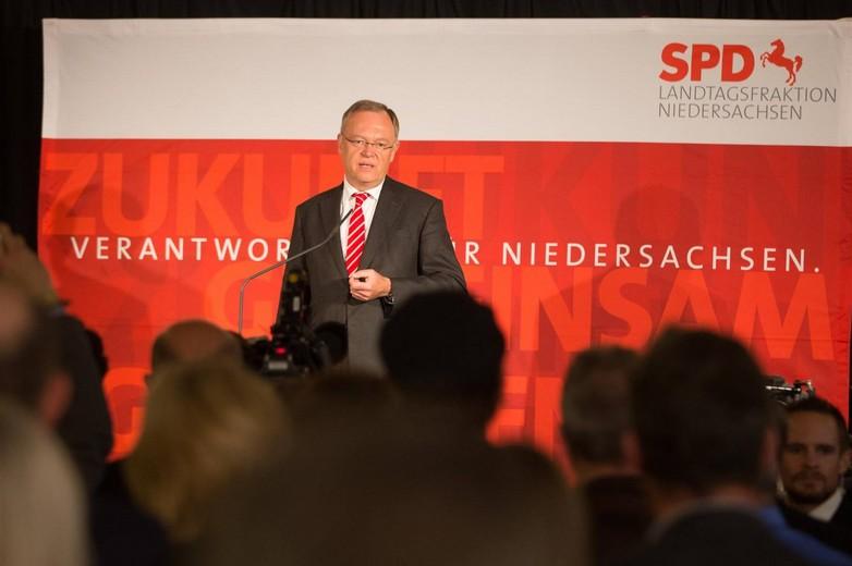 Stephan Weil, ministre-président réélu de Basse Saxe, tenant un discours suite à l'annonce de la victoire du SPD