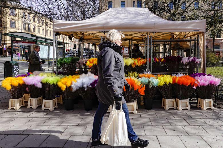 Une femme fait son marché en Suède, pays où les mesures de confinement sont particulièrement souples / Crédits : istockphoto - Alexander Farnsworth