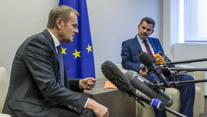Donald Tusk (à gauche) avec Brita Haj Hassan, maire d'Alep
