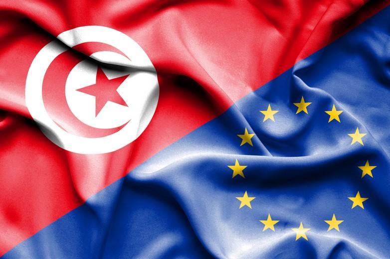 Drapeaux de la Tunisie et de l'Union européenne