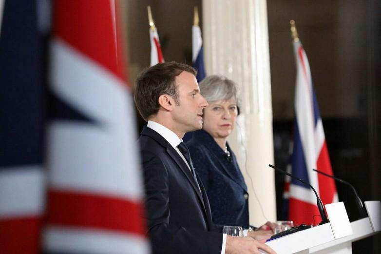 Theresa May et Emmanuel Macron au sommet de Sandhurst