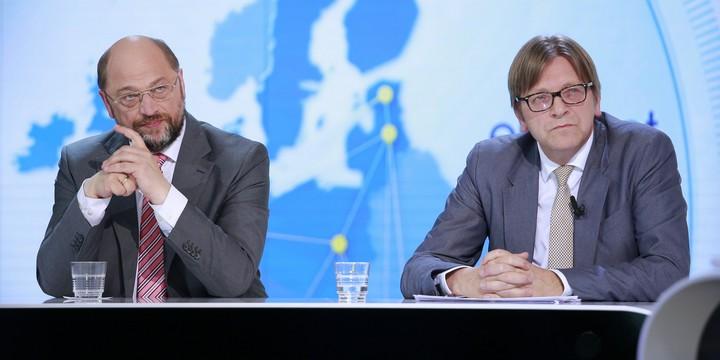 Guy Verhofstadt (à droite) avec Martin Schulz (à gauche) lors d'un débat télévisé pendant la campagne pour les élections européennes de 2014