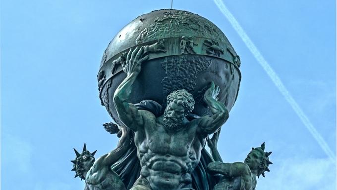 Statue d'Atlas sur le toit de la gare de Francfort (Allemagne)