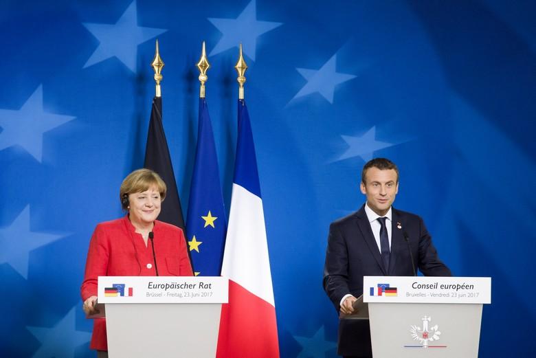 Emmanuel Macron et Angela Merkel ont dévoilé hier une initiative franco-allemande pour relancer l'UE face à la crise. Ici, le président français et la chancelière allemande lors d'une conférence de presse commune en juin 2017