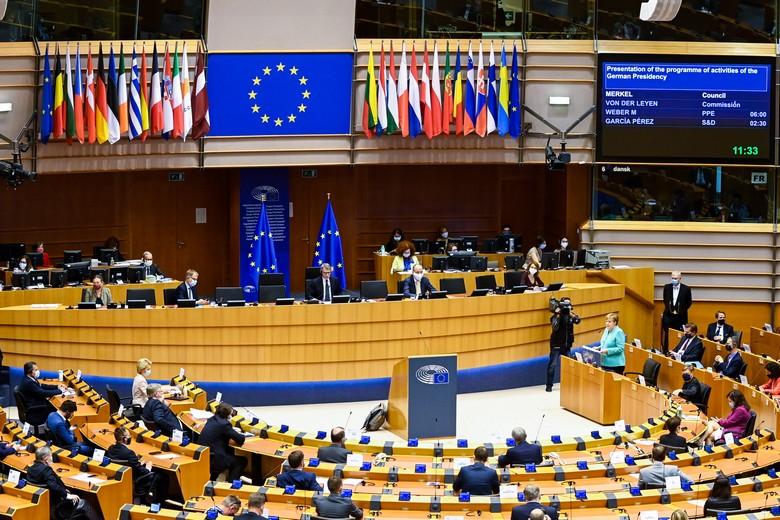 Mercredi 8 juillet, Angela Merkel s'est rendue à Bruxelles pour présenter aux eurodéputés les priorités de son gouvernement dans le cadre de la présidence allemande du Conseil de l'UE