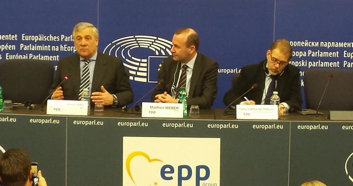 Antonio Tajani (à gauche)