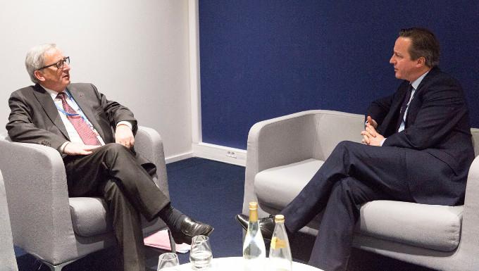 Poignée de main entre David Cameron, à gauche, et Jean-Claude Juncker