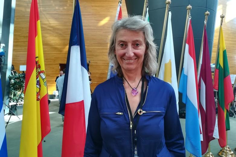 Catherine Chabaud, en bleu de travail à Strasbourg pour défendre l'océan - Crédits : Marie Guitton / Toute l'Europe