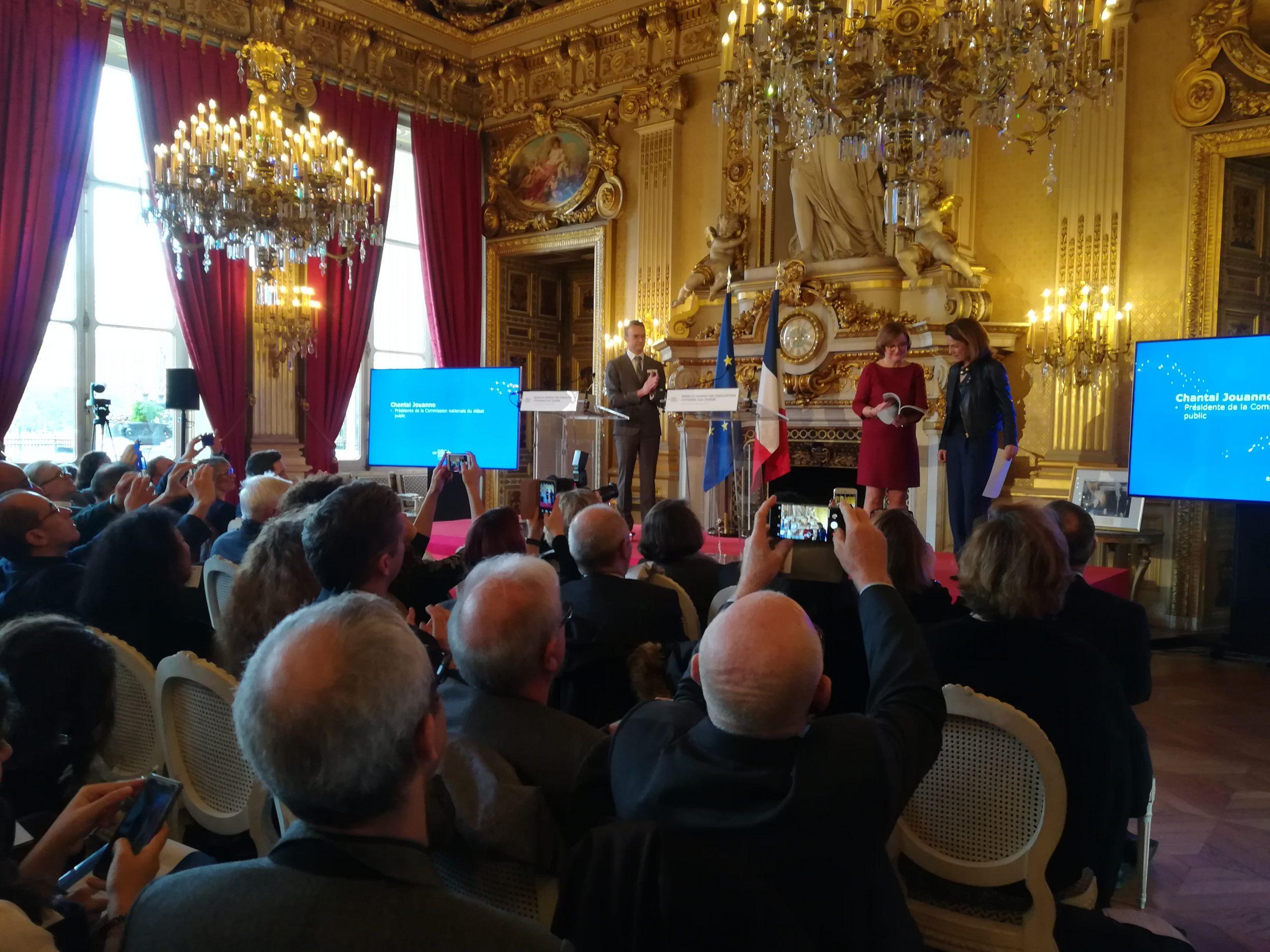 Chantal Jouanno remet le rapport de la CNDP à Nathalie Loiseau - Crédits : Marie Guitton / Toute l'Europe