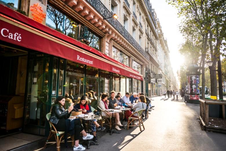 En France, comme dans plusieurs pays d'Europe, les habitants peuvent à nouveau profiter des terrasses des cafés dans le cadre des plans de déconfinement. Ici, à Paris, bien avant l'épidémie.