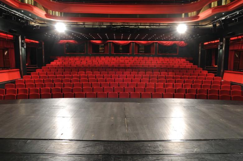 Les théâtres font partie des premiers lieux touchés par les mesures de restriction sociales mises en place en Europe depuis le mois de mars 2020