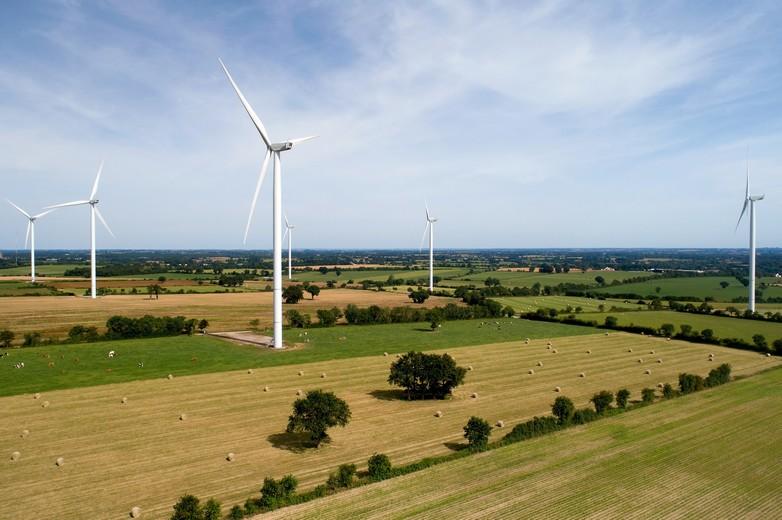 Des éoliennes dans la campagne - crédits : Altitude Drone / iStock